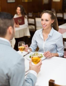 Женщина, обедающая с парнем