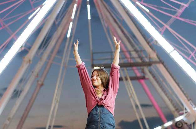 Donna divertendosi al parco di divertimenti