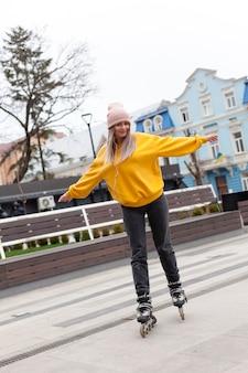 Donna che si diverte a pattinare