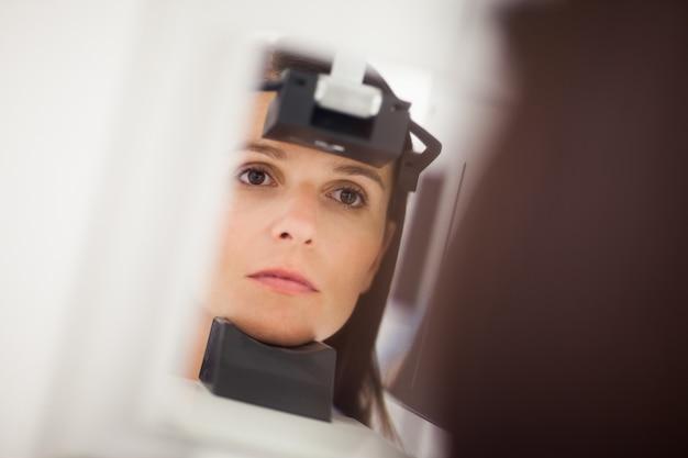 Женщина с рентгеновским снимком головы