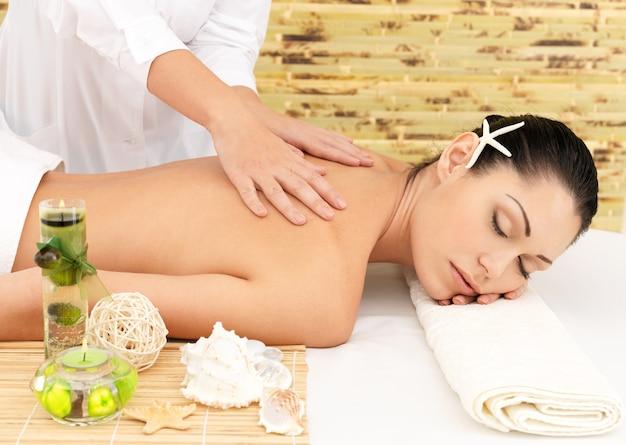 Donna che ha massaggio del corpo nel salone della stazione termale. concetto di trattamento di bellezza.