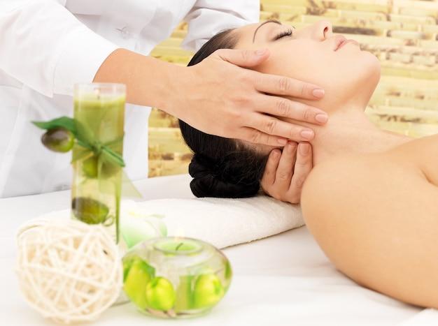 Donna che ha massaggio del collo nel salone della stazione termale. concetto di trattamento di bellezza.