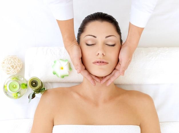 여자는 스파 살롱에서 머리 마사지를 데. 미용 치료 개념.