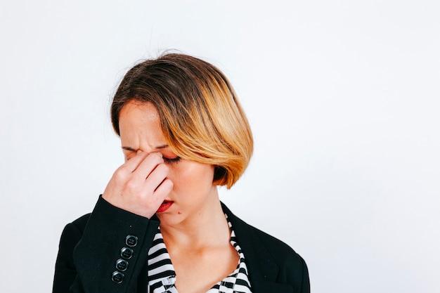 여자 편두통 문지르 기 코