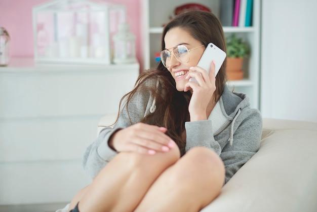 朝の電話をしている女性