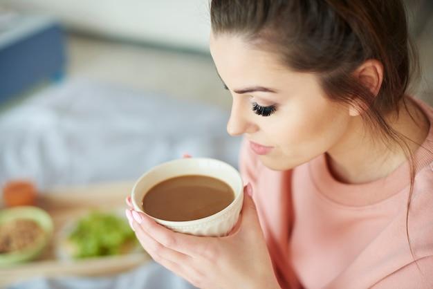朝のコーヒーを飲む女性