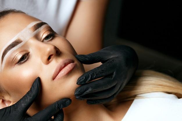 Женщина с перманентным макияжем в салоне красоты