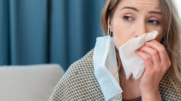 Donna che ha una maschera di protezione e un tessuto