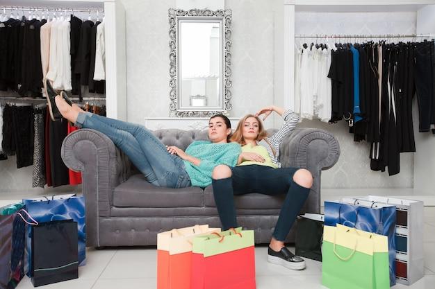 買い物の後に休んでいる女性