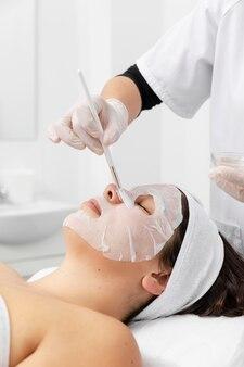 Donna che ha un trattamento di cura della pelle