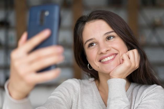 Donna che fa una videochiamata sul suo telefono