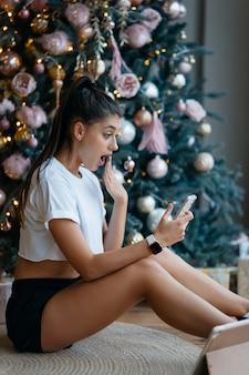 家族や友人とビデオ通話をしている女性。
