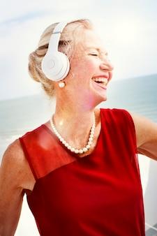 女性のヘッドホン音楽のライフスタイルコンセプトを聞く