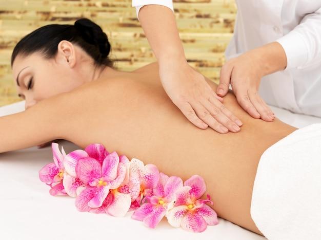 Donna sul sano massaggio del corpo nel salone della stazione termale. concetto di trattamento di bellezza.