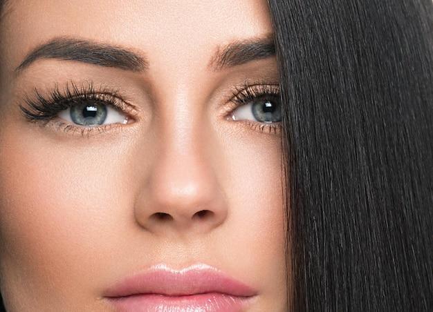 Женщина здоровая кожа ресниц расширение красоты естественный макияж косметический возраст концепции цвет фона. студийный снимок.