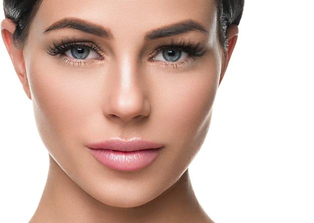 Здоровая кожа женщины наращивает косметику красоты естественный макияж косметическую концепцию возраста. изолированные на белом. студийный снимок.