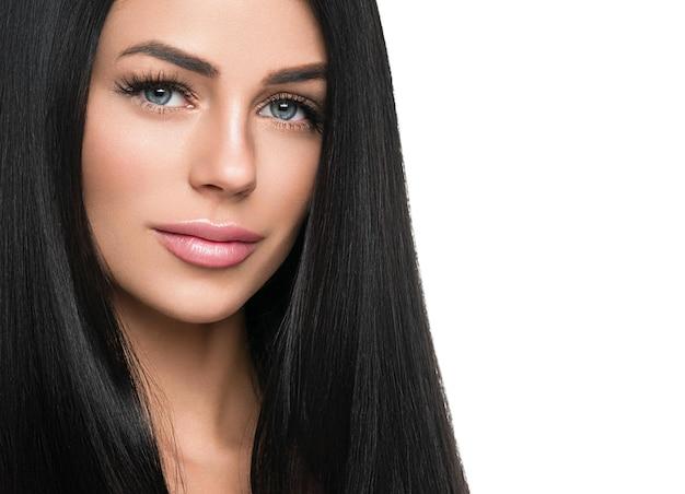 Здоровая кожа женщины наращивает ресницы, красота естественного макияжа, косметическая концепция возраста. изолированные на белом. студийный снимок.