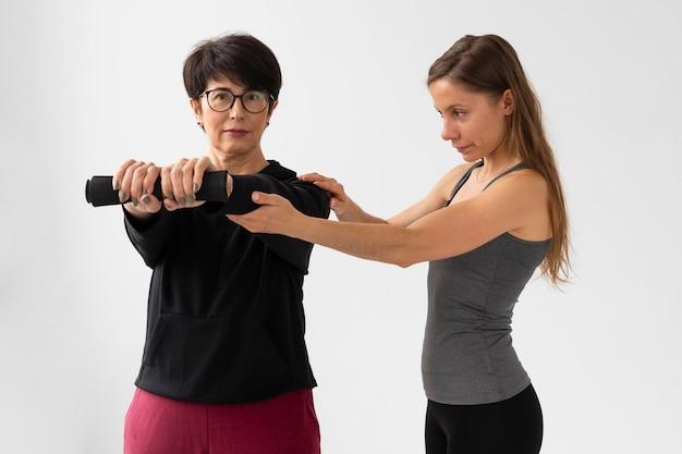 Женщина помогает другу тренироваться