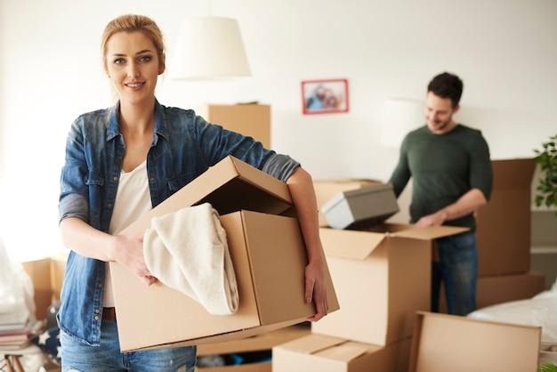 家を移動しながら彼氏を助ける女性