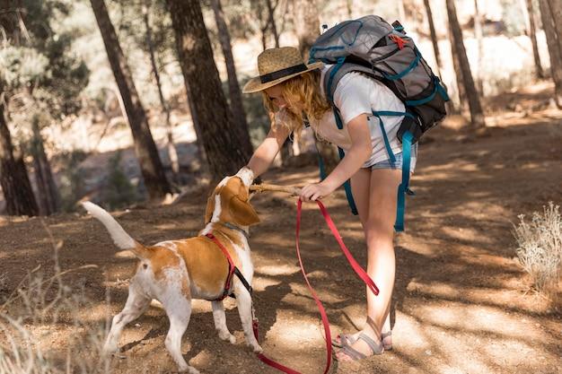 La donna e il suo cane si divertono