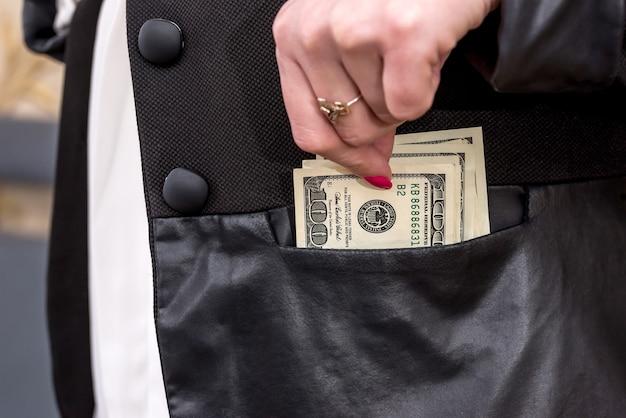 재킷에 달러를 숨기는 여자