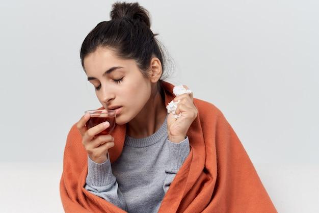 自宅で毛布を持って隠れている女性風邪感染症