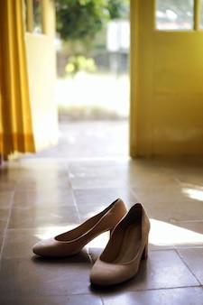 바닥에 여자 하이힐
