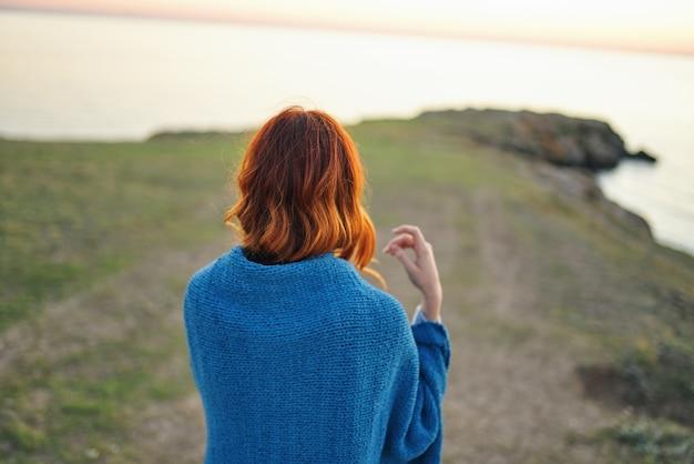 女性ハイカーは自然風景の川の後ろ姿を賞賛します