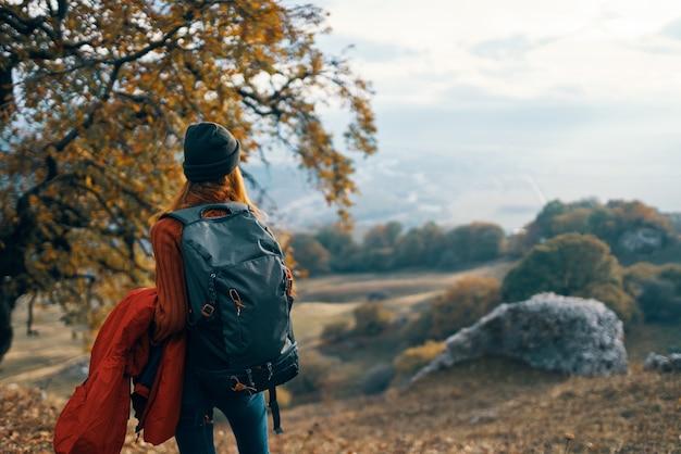 여행 산 가을 라이프 스타일에 여자 등산객 배낭