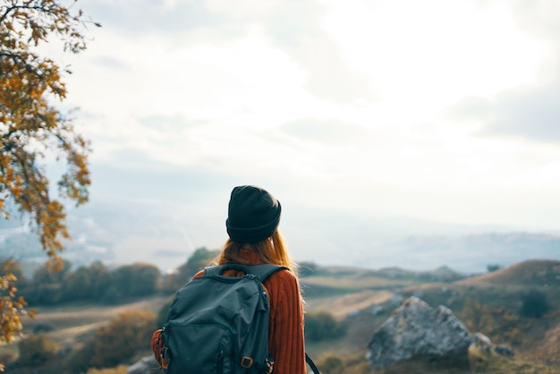 女性ハイカーバックパック山風景休暇の楽しみ