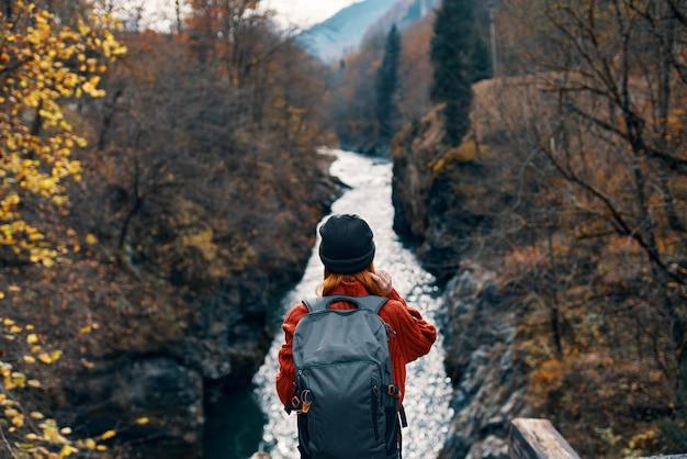 女性ハイカーバックパック山川新鮮な空気