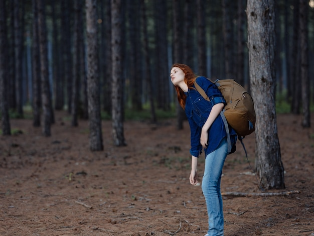 女性ハイカーバックパック旅行風景森アクティブレジャー