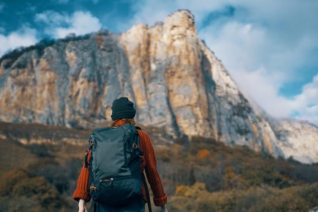 女性ハイカーバックパック旅行山雲自然
