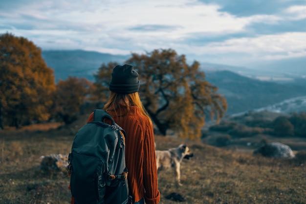 Женщина турист рюкзак путешествия горы пейзаж поездка