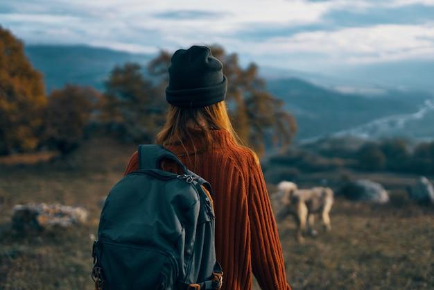 女性ハイカーバックパック旅行山風景旅行
