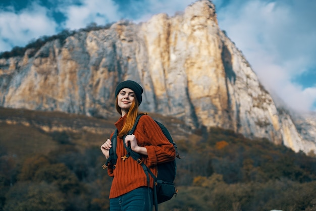 女性ハイカー バックパック 休暇 風景 山 旅行