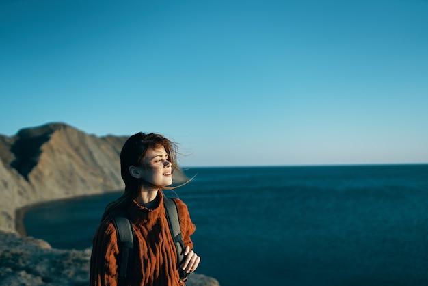 女性ハイカーバックパックは山の島の新鮮な空気を歩きます。高品質の写真