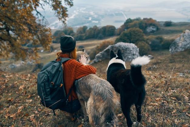 女性ハイカー犬は友情の自然の風景を旅行します