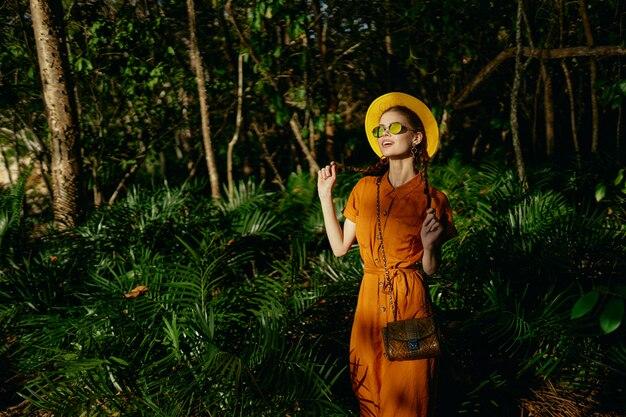 정글 울창한 숲 녹색에서 여성 등산객 잎 모험 목적지 도보