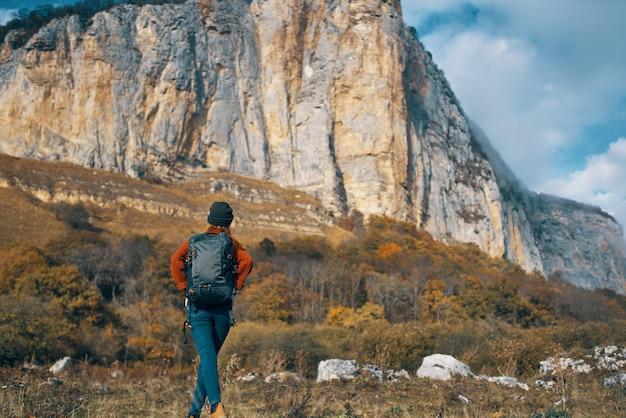여성 등산객 산 바위 돌 여행 풍경. 고품질 사진