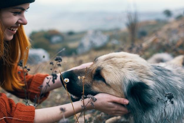 Женщина путешественник природа играет с собакой путешествия дружбы