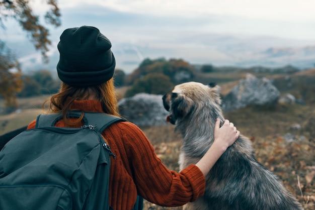 女性ハイカー自然旅行の友情