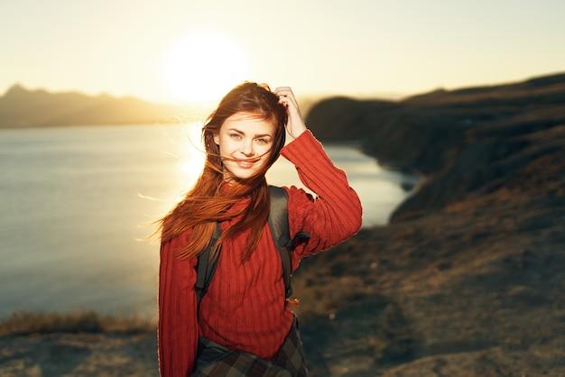 女性ハイカー自然旅行風景サンセットアドベンチャー