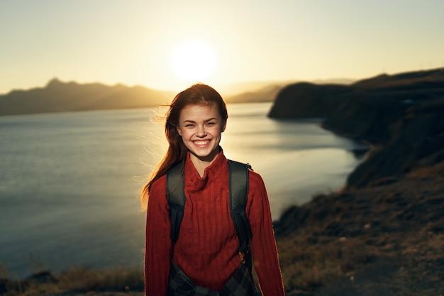 女性ハイカー屋外ロッキー山脈風景太陽の休暇