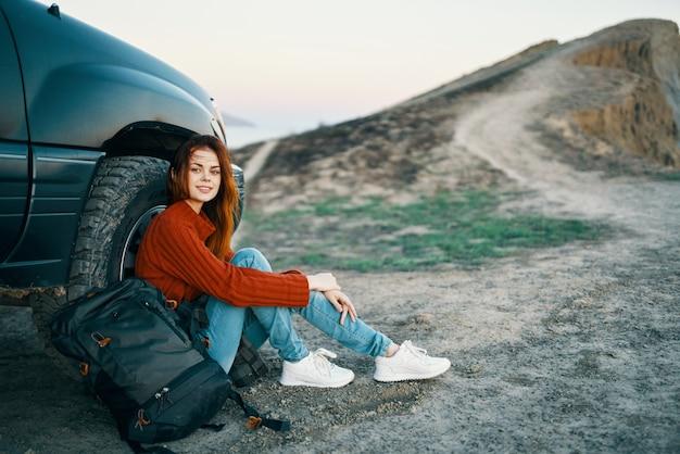 그녀의 차에서 휴식하는 여성 등산객