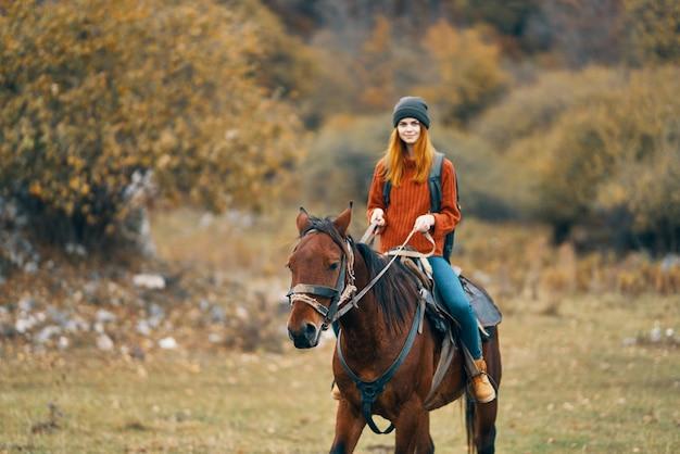 女性ハイカー乗馬乗馬山歩きアドベンチャー