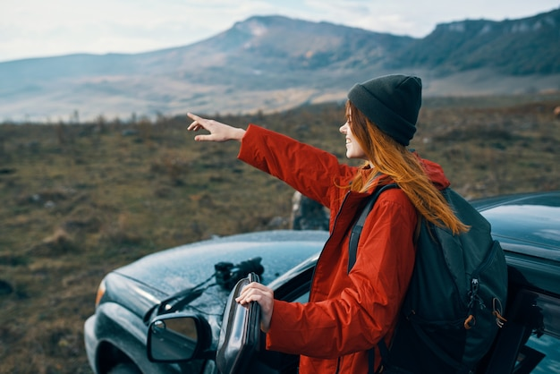 Женщина турист путешествия рюкзак автомобиль горы пейзаж