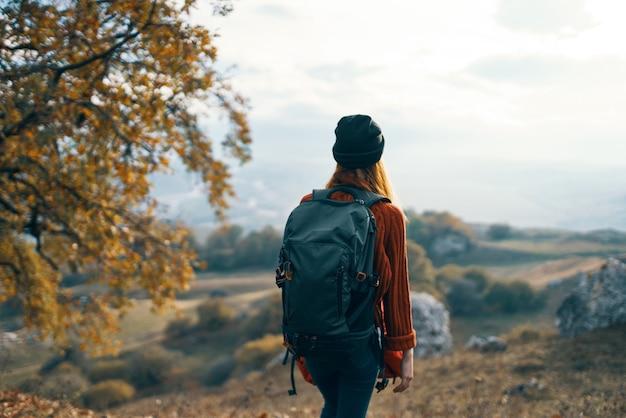 여성 등산객 여행 산 자유 풍경. 고품질 사진