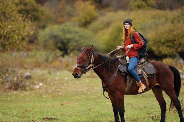 女性ハイカー旅行山自然乗馬馬の風景