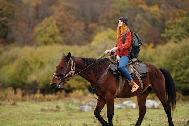 女性ハイカー旅行山自然乗馬馬